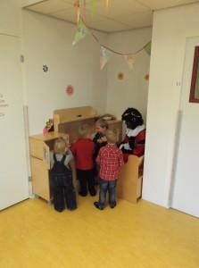 Samen met zwartepiet spelen in de speelhoek